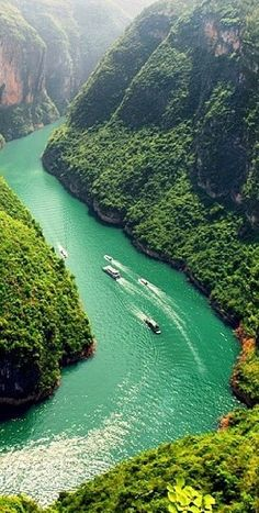 Cruising along a bendy river in China /// #travel #wanderlust