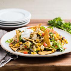 Dale vida a tus aperitivos en el próximo partido, con estos nachos de pollo con cilantro, lima y jalapeños frescos. ¡Un sabroso acompañamiento para tu mesa ganadora!