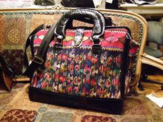 From Threads Magazine ~ Tutorial ~ We're now ready to finish this colorful carpetbag! I'll show you how to add the lining, frame, and handles. Part 2