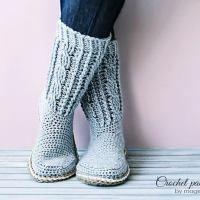 Free crochet patterns for slippers and socks on Pattern-Paradise.com #crochet #patternparadisecrochet #christmas #slippers #socks