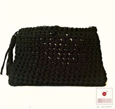 This beautiful clutch it is made from an original t-shirt yarn, which gives it an extremely flexible and comfortable texture.The perfect size for day