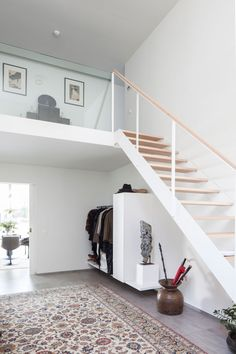 Hal, trap, hout, wit, balustrade, vide, renovatie, p.ed architecten Open Trap, Bed And Breakfast, Tiny House, New Homes, Stairs, Bedroom, Wood, Interior, Architects