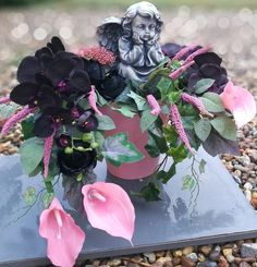 Kompozycja z aniołkiem Zaduma Funeral, November, Aba, Flowers, Home Decor, November Born, Decoration Home, Room Decor, Royal Icing Flowers