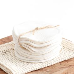 Use, wash and reuse over and over again 🌿 Our bamboo cotton rounds will help you eliminate single use cotton rounds for good - use them to remove makeup, apply toner and cleanse your face! Tienda Natural, Diy Beauty Care, Beeswax Food Wrap, Beauty Bar, Eco Beauty, Cleaning Items, Flat Lay Photography, Eco Friendly Fashion, Home Design