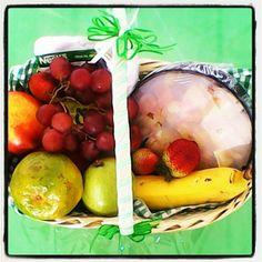 Desayuno sorpresa tropical, ideal para quien le gusta cuidarse. #desayunosano #desayunosaludable #frutasfrescas #desayunoconfrutas #desayunosorpresa #desayunosmedellin #regalosorpresa Plum, Tropical, Fruit, Food, Healthy Breakfast Meals, Sweets, Surprise Gifts, Healthy Breakfasts, Essen