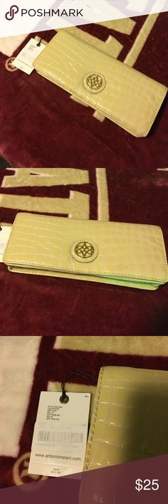 Antonio Melani clutch. NWT 💋 NEW WITH TAGS! Antonio Melani clutch. Cream snakeskin 100% real leather. Never used! $99msrp. 💋 bundle to save and all reasonable offers will be accepted! 👸🏻 happy shopping! ANTONIO MELANI Bags Clutches & Wristlets