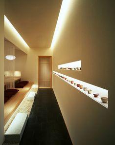The lighting design is stylish in a Japanese modern interior / house! Japanese Restaurant Interior, Modern Japanese Interior, Japan Interior, Chinese Interior, Japanese Interior Design, Japanese Modern, Japanese House, Japan Design, Onigirazu