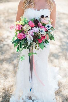 Colorful garden rose bouquet | Photos by Brandi Welles | Read more -  http://www.100layercake.com/blog/wp-content/uploads/2015/04/Colorful-Rustic-Barn-Wedding