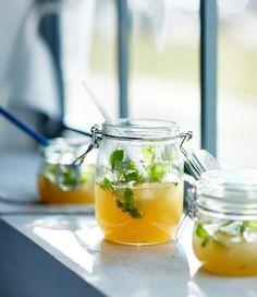 Skleničky naplněné nealko verzí míchaného nápoje Moscow Mule Jeden díl zázvorové limonády Jeden díl jablečného džusu Led Několik snítek máty