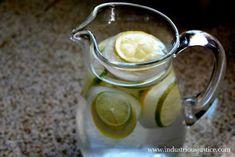 Coloca limones en la cubeta de hielos y crea novedosos cubos