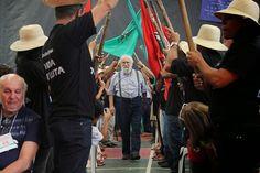 """Os 10 anos da """"escola"""" do MST. As foices erguidas em honra de Genézio Boff e a emissora bolivariana TeleSUR.  Bruno Braga."""