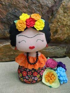 Resultado de imagem para ponteira da frida kahlo Mexican Crafts, Mexican Art, Felt Crafts, Kids Crafts, Mexican Costume, Scary Dolls, Wedding Dressses, Doll Painting, Fabric Toys