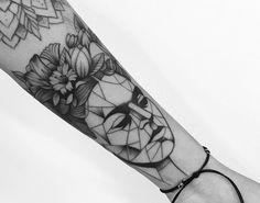 Tatuagem criada por Gabriela Blaezer do Rio de Janeiro.  Frida Khalo geométrica.  #tattoo #tattoo2me #tatuagem #art #arte #delicada #geometrica