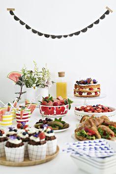 Mira leipoi kakun ja leivoksia kesäloman alun kunniaksi. Hän tekee mielellään itse koristeita ja kransseja.