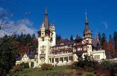 Known as one of the most beautiful castles in Europe, Peles Castle can be discovered in the majestic Carpathian Mountains, near the town of Sinaia, Romania. There are 168 rooms in the castle. Chateau De Chinon, Chateau De Blois, Chateau Versailles, Krak Des Chevaliers, Château De Himeji, Beautiful Castles, Beautiful Places, Amazing Places, Ancient Architecture