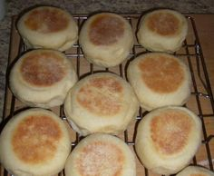Bread machine English Muffins I make these frequently and they are as good or better as store-bought (complete with nooks and crannies!) - Bread Maker - Ideas of Bread Maker English Muffin Bread, English Muffin Recipes, Homemade English Muffins, Bread Bun, Bread Rolls, Pain Muffin Anglais, How To Make Bread, Food To Make, Ma Baker