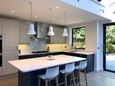 6 ideas for choosing or relooking your kitchen credenza - My Romodel Small Open Plan Kitchens, Open Plan Kitchen Dining Living, Kitchen Diner Extension, Open Plan Kitchen Diner, Living Room Kitchen, Kitchen Layout, Kitchen Ideas, Kitchen Units, Kitchen Decor