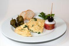 Tortilla con perejil y pincho de tomate con cebolla y aceituna de Aragón.