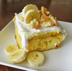 This Banana Pudding Poke Cake is sure to please, with crunchy vanilla wafers and luscious bananas, pudding and whipped cream! Banana Pudding Desserts, Köstliche Desserts, Delicious Desserts, Dessert Recipes, Yummy Food, Healthy Food, Poke Cake Recipes, Poke Cakes, Cupcake Cakes