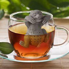 Faultier-Teesieb Teesiebe gibt es mittlerweile in allen Farben und Formen ein besonders süßes Teesieb haben wir hier mit diesem Faultier. So schmeckt der der Earl Grey am Morgen bestimmt noch besser. Auch eine sehr schöne Geschenkidee für alle Teeliebhaber. Preis: EUR 14,99 ->Hier kaufen