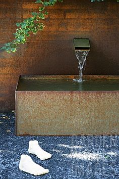 Corten Steel Fountain in Modern Garden Metal Trough, Landscape Design, Garden Design, Modern Fountain, Garden Pool, Garden Frogs, Garden Water, Weathering Steel, Garden Fountains