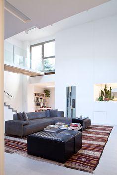 Abitazione privata a Trastevere, Casa Lungara, zona soggiorno con doppia altezza, passerella balaustra  in vetro  Progetto Arch. Luca Braguglia Photo Grazia Ike Branco