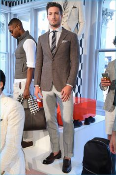 Suitsupply had fun with its spring-summer 2017 presentation. Taking to the streets of New York City, the brand's dashing models for the season, arrived on bicycles. Stylish men on the go, Suitsupply's charming gents boasted the fine wardrobe of tailoring that the brand has become synonymous with. A bevy of three-piece suits was cast in... [Read More]