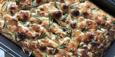 Fantastisk lækkert focaccia med rosmarin og havsalt Focaccia Recipe, Organic Matter, Food And Drink, Pizza, Menu, Dishes, Chicken, Vegetables, Cooking