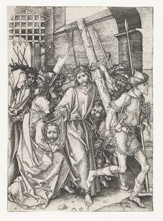Martin Schongauer | De kruisdraging, Martin Schongauer, 1470 - 1490 | Christus loopt met het kruis op de schouder door een stadspoort, omgeven door soldaten met speren. Naast hem knielt een vrouw met een doek (Veronica). Deze prent is onderdeel van een serie van twaalf prenten met scènes uit het Lijdensverhaal.