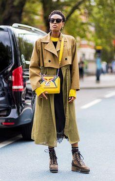 Quer sair total da obviedade? Aposte em um mini trench coat para arrematar o look cheio de atitude. it girl - trench-coat-metade-coturno - trenchcoat - inverno - street style