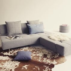 På kolde dage kan man ikke få tæpper og puder nok! ❄️👏🏽 Long Horn sovesofa med god plads til hygge og afslapning.. #sovesofa #hygge #indretning #bedredage #bedrenaetter