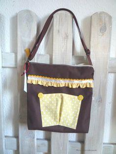 Zauberhafte Tasche im braunen Segeltuchstoff mit hübscher Rüschenborte.  Copyright ©www.jetzt-wirds-bunt.de