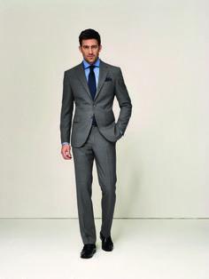 Grau macht´s möglich  Grau ist neben Blau, die zweite geadelte Farbe in der Businessgarderobe. Dieser taillierte DOLZER Anzug nach Maß bietet eine Vielzahl an Kombinationsmöglichkeiten: zum Beispiel am CasualFriday mit schwarzer Chino oder privat mit Jeans.
