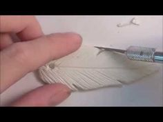 COLGANTE PLUMAS PARTE 1 - detalle alas con aguja - ojo!!! para el agujero introduce una anilla entre dos partes de fimo