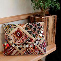 HYDERABAD by NAWERI 129€ Boho clutch made from antique embroidered fabrics. Pochette confectionnée à partir de tissus brodés antiques. Modèle unique.