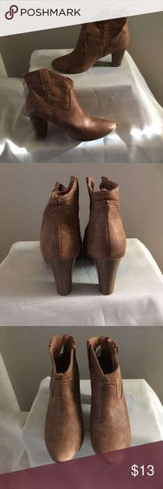 """Old Navy Booties Sz 7 Really nice condition, some scuffs on right heal. Old Navy logo lose on insole. Heel is 3"""" Old Navy Shoes Ankle Boots & Booties"""