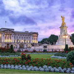 Happy Birthday - A very happy birthday to the queen. Buckingham Palace looking lovely with the flower beds made and the sun setting just behind. Buckingham Palace Gardens, Buckingham Palace London, Beautiful London, Beautiful Places, Places Around The World, Around The Worlds, British Travel, England And Scotland, London