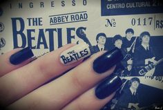 Nail Art: The Beatles  Esmaltes Usados: Preto Sépia (Risqué) e Branco Puríssimo (Gotcha!). Por: A Garota Esmaltada (http://agarotaesmaltada.tumblr.com)