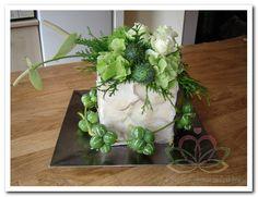bloemstuk_bloemschikken Mien van der Mijl  Hier zie je wat ik met de bestelde kubussen van tempex en de Capiz schelpen heb gemaakt. Gat in de kubus, beplakken met lijmpistool met Capiz schelpen, gat in kubus met daarin halve blok steekschuim en opmaken met bloemen naar keuze. Kies hiervoor een bijpassend onderbord