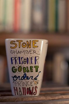 DIY Harry Potter Mug. make this yourself with sharpies and bake for 30 mins at 350 degrees i wanna do a harry potter marathon École Harry Potter, Harry Harry, Hogwarts, Sharpies, Sharpie Mugs, Sharpie Plates, Sharpie Markers, Diy Mugs, Must Be A Weasley