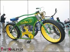 Liking the colour combination, based on John Deere tractors I guess Cruiser Bicycle, Motorized Bicycle, Velo Vintage, Vintage Bicycles, Scooters, Bicycle Engine, Bicycle Types, Push Bikes, Chopper Bike