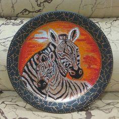 Стеклянная тарелка, диаметр 26 см,точечная роспись, акриловые краски,покрытие лаком.
