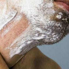 Dois terços dos homens tem pele sensível e sofrem diariamente com irritação, ardor e pelo encravado ao fazer a barba. Conheça as causas as e soluções para acabar com esse martírio.