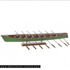 Maqueta de TRAINERA Preciosa maqueta de una trainera tradicional de el Cantábrico.  La trainera es originalmente una embarcación a remos y a veces a vela, típica de la costa cantábrica. . Antiguamente se utilizaba para la pesca de anchoas y sardinas y hoy día al deporte de regatas.  Medidas: Alto:9.50 x Largo:68.00 x Ancho:12.00 cm.  Peso: 0.43 Kgs.