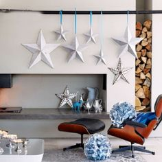des étoiles en bois blanches et suspendues dans le salon