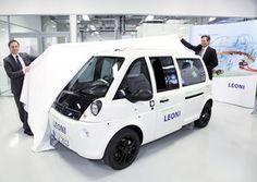 Stolz präsentieren Prof. Jörg Franke (l.), FAU, und Dr. Klaus Probst (r.), Leoni, das Elektromobil Mia.