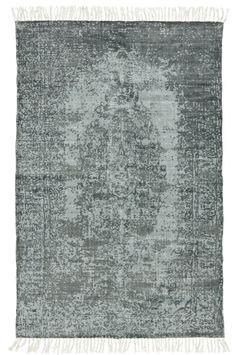 """Stentvättad matta i en sliten """"vintage-look"""" i skön blå färg. Material: 100% bomull. Storlek: 150x230 cm. Beskrivning: Handtryckt bomullsmatta som efter vävning och trycktorkats och sedan handtvättats med stenar för att få en """"vintage-look"""". 900 gr/m2. Skötselråd: Skontvätt 30°. Tips/råd: """"Fyra-två-noll-regeln"""". Antingen har du fyra ben på mattan, två eller inget. Ställ aldrig tre ben på mattan eller ett – det gör att det ser ut som möbeln kommer ramla av."""