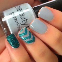 uñas decoradas de color azul con gliter