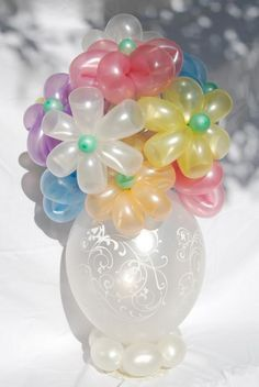 Get the spring feeling with this beautiful balloon flower vase by Gerry Whittemore. by sigulya Love Balloon, Balloon Flowers, Balloon Bouquet, Flower Vases, Balloon Columns, Balloon Arch, Balloon Ideas, Twisting Balloons, Balloons Galore