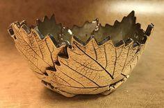 Handgemachte Keramik Schalen gefertigt aus echten Blätter von den Bäumen in Bristol, Tennessee gepflückt. Jedes Blatt ist von Hand geschnitten und genäht zusammen, um zu bilden eine wunderschöne Schale. Die Glasur ist lebensmittelecht, so zögern Sie nicht, Ihre Freunde mit einem einzigartigen Teller Schock, die sie nicht aus dem Kopf bekommen können. Wir benutzen Eiche, Ahorn, und Hartriegel Blätter zusammen mit Hartriegel Blüten. Die Schalen variieren in Größen von klein, Mittel, groß, und…